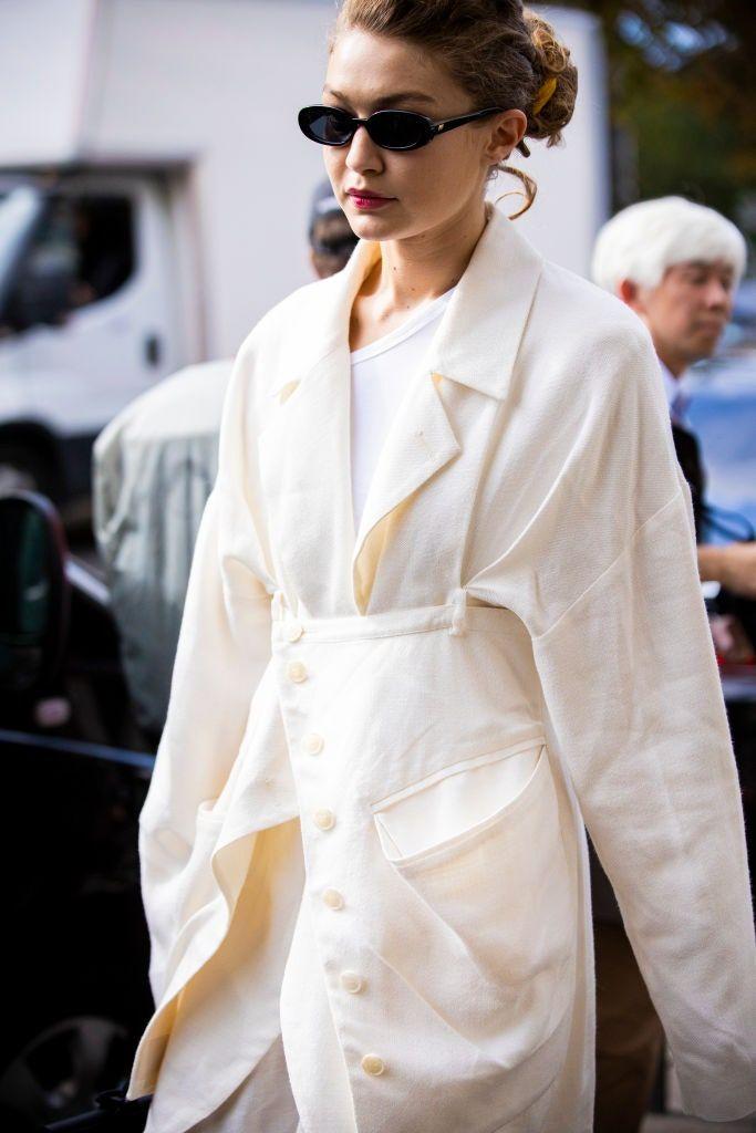 No te pierdas los tableros que Vogue México y Latinoamérica tiene para ti. Encontrarás recetas, recomendaciones y mucho más. Blazer Color Crema, Working Girl, Cream Blazer, Vogue, Celebrity Look, Gigi Hadid, Dress Codes, Paris Fashion, What To Wear