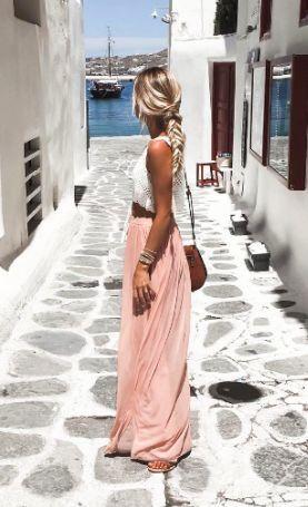 Ein femininer Maxirock in Altrosa, ein bauchfreies Oberteil, viel Sonne und Flip Flops für lange Spaziergänge - dein Date-Outfit!