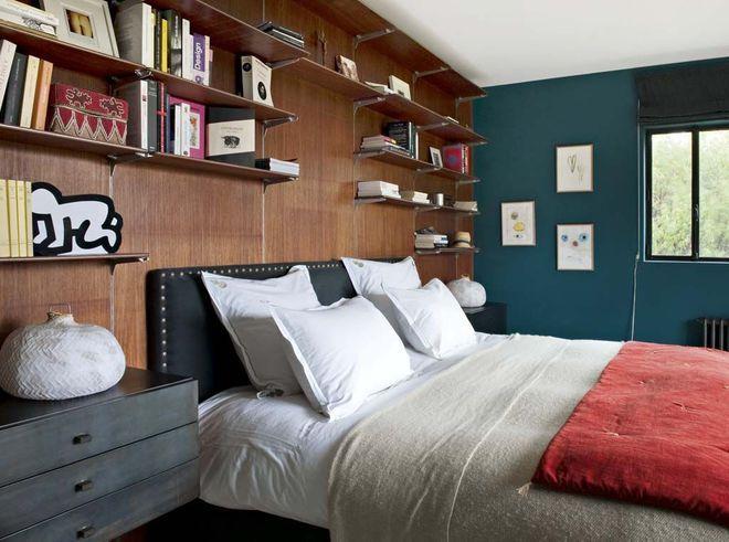 """Contrastes : du rouge puissant sur le lit pour réveiller le bois et le """"Bleu vintage"""" des murs"""