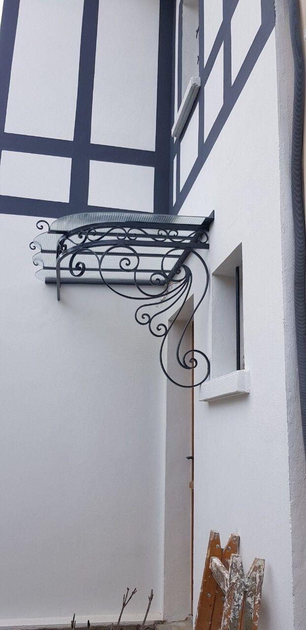 Auvent D Angle En Fer Forge Pour Habiller Votre Maison Decoration Facade Determine L Entree Protege La Porte Decoration Facade Fer Forge Porche Maison