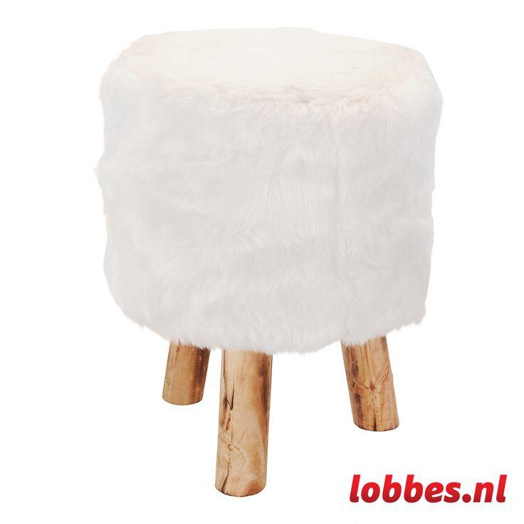 Trendy krukje met drie houten poten en bekleed met (namaak)bont