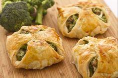 I fagottini ai broccoli e ricotta sono un secondo piatto che prevede l'utilizzo della pasta sfoglia per contenere un ripieno quasi cremoso e dal gusto molto delicato preparato con ricotta e salsiccia.