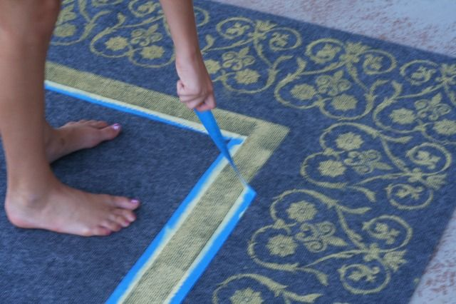 Such a good tutorial on making your own outside rug!