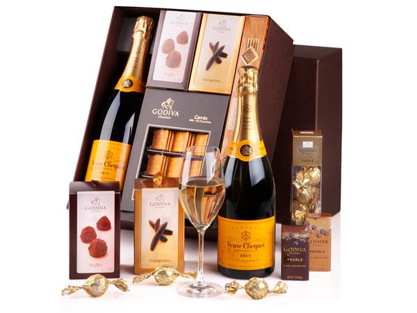 Discover the festive character of this world renowned Veuve Clicquot Brut champagne and the exquisite luxury of the finest delicacies from the Belgian chocolatier Godiva. This is a true delight for the romantic soul, a collection of the finest chocolates in the world with bubbles.