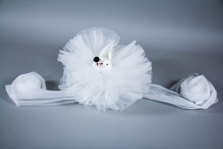 Accesorizeaza masina mirilor cu un decor cu porumbei albi cu pene asezati pe straturi de tulle alb si vei atrage atentia instant la nunta ta.   Aceste decoratiuni simbolizeaza un cuplu de indragostiti pregatiti sa mearga la altar pentru a-si lua un angajament pe viata.   Porumbeii...