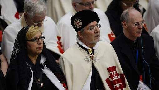 Zowat 3.500 ridders van de Orde van het Heilig Graf van Jeruzalem, met hun grote witte mantels met rood kruis, zijn op het Vaticaan ontvangen door ...