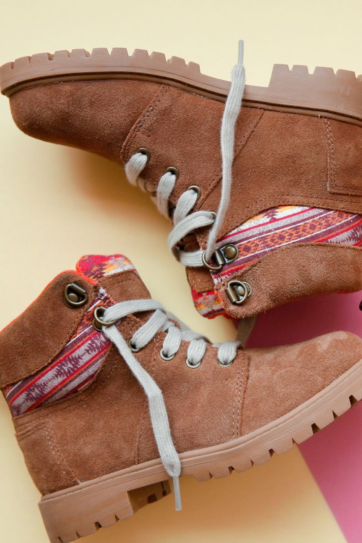 Get your children outdoors in these brown leather printed TOMS Summit boots inspired by hikers.