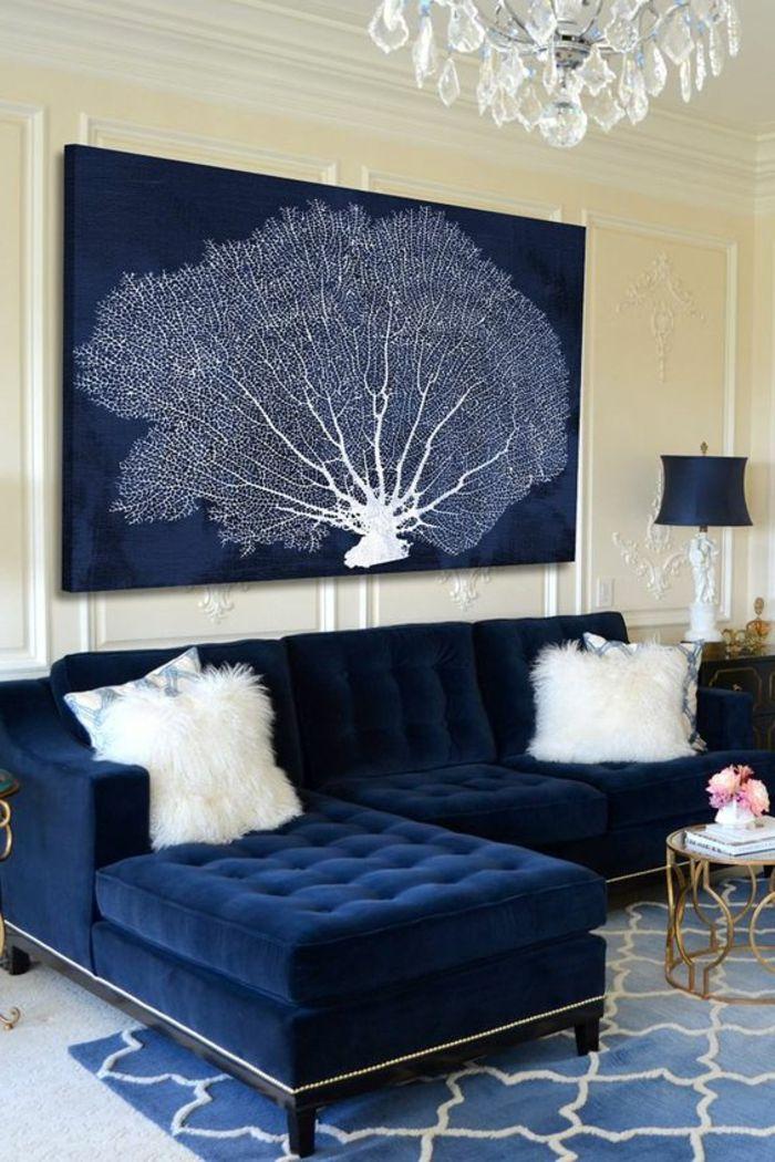Meuble art deco sofa bleue capitonnée lustre à pampilles peinture abstraite arbre