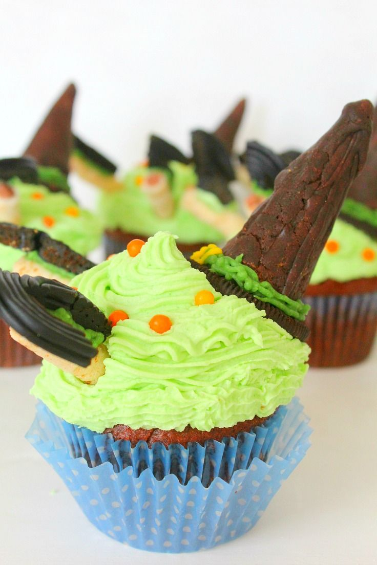 WICKED WITCH HALLOWEEN CUPCAKES - Need a spooky and wickedly easy treat for a Halloween party? These wicked witch Halloween cupcakes are fabulous and insanely cute!
