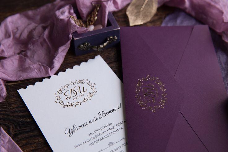 Роскошный цвет выделяет эти пригласительные на фоне других. Тиснение золотом на лайнере и приглашениях придает им роскоши и стиля, а дополняется все это не стандартной формой карточек. Пригласительные, приглашения, приглашение, свадьба, свадебные,  полиграфия, свадебная, оформление, праздник, торжество, конверты, карточки, тиснение, золото, шелковые, ленты, wedding, invitations, билет, самолет, сургуч, контурная, резка, дизайн, Свадебные идеи 2017, популярные цвета