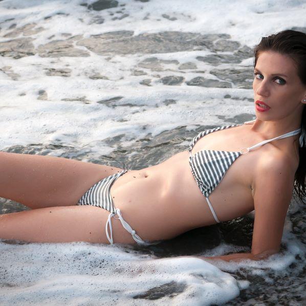 I tre grandi suoni elementari in natura sono il rumore della pioggia, il rumore del vento in un bosco selvaggio e il suono del mare che si frange su una spiaggia. Li ho sentiti, e delle tre voci elementari, quella del mare è la più incredibile, bella e varia.  (Henry Beston) 🌼🌼🌼🌼🌼🌼🌼🌼🌼🌼🌼🌼 #swimwear #bikini #swimsuit #sea #beachwear #ifbb #hotgirl #body #mare #bikinicompetitor #physique #girlswholift #abs #bikinimodel #squats #fitnessmodel #bikinis #figure #curves #girlswithmuscle…