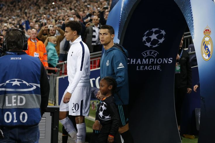 Cristiano Ronaldo Photos - Tottenham Hotspur's English midfielder Dele Alli (L) and Real Madrid's Portuguese striker Cristiano Ronaldo walk onto the pitch before the UEFA Champions League Group H football match between Tottenham Hotspur and Real Madrid at Wembley Stadium in London, on November 1, 2017. / AFP PHOTO / IKIMAGES / Ian KINGTON - Tottenham Hotspur v Real Madrid - UEFA Champions League
