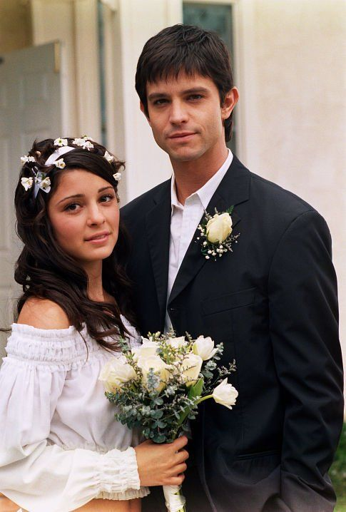 Jason Behr and Shiri Appleby in Roswell.  Haha, and then they live in a van with their friends forever...