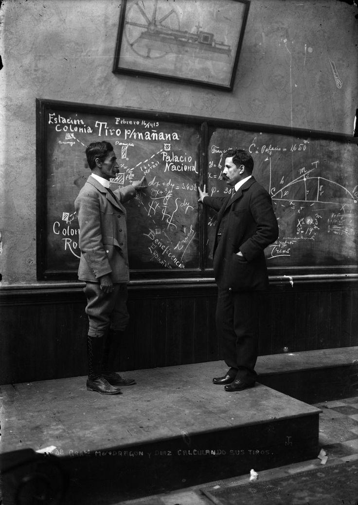 GENERALES MONDRAGÓN Y DÍAZ CALCULANDO SUS TIROS, SOBRE PALACIO NACIONAL. FONDO CASASOLA. MÉXICO. DF. 16 FEBREROP 1913. FOTO SINAFO.FN.INAH