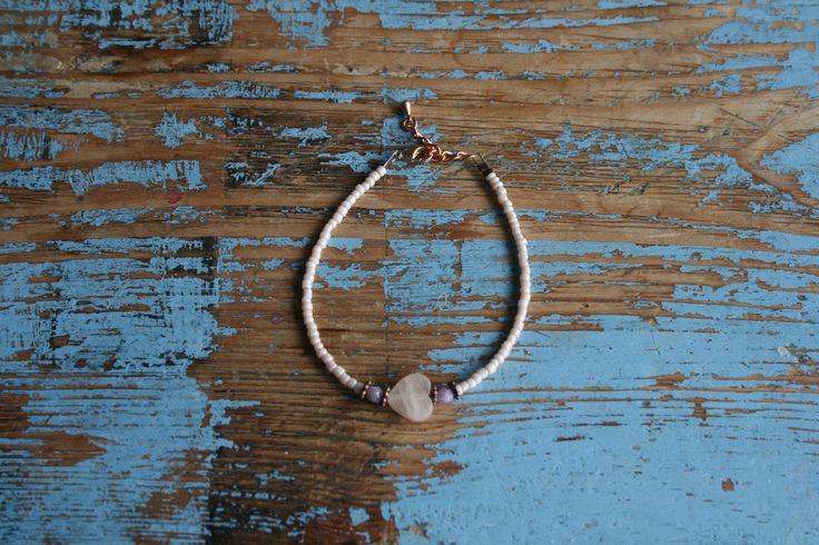 Armbandje met rocailles en verstelbare sluiting met rozenkwarts hartje en koperen onderdelen