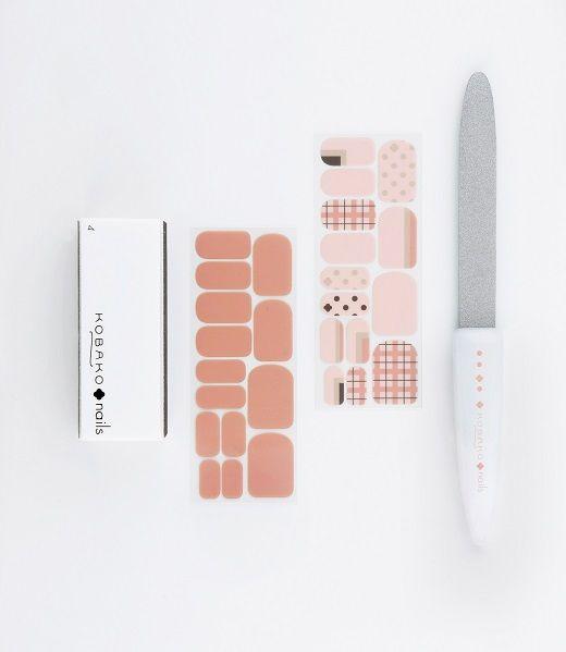 春の爪先のおしゃれを自由に、プロ仕様に楽しめる限定商品が「KOBAKO nails」から登場します。「KOBAKO(コバコ)」は、プロ仕様の機能性を持ちながら、おしゃれなデザインのアイテムをラインナップするビューティーツールブランド。 春の数量限定商品「ネイルデザインキット」の気になるセット内容は...