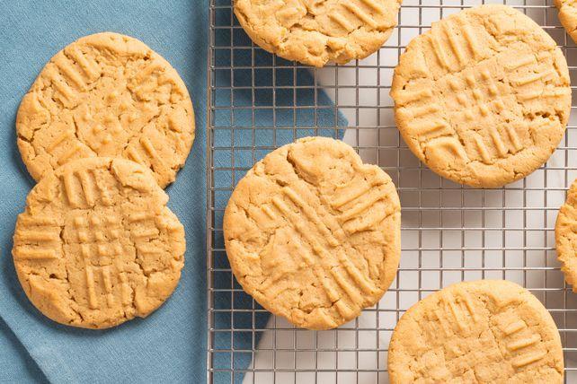 Retrouvez la recette de grand-mamanavec ce classique: des biscuits faits de vrai beurre d'arachide velouté, sans oublier les incontournables motifs de croisillons tracés à la fourchette.