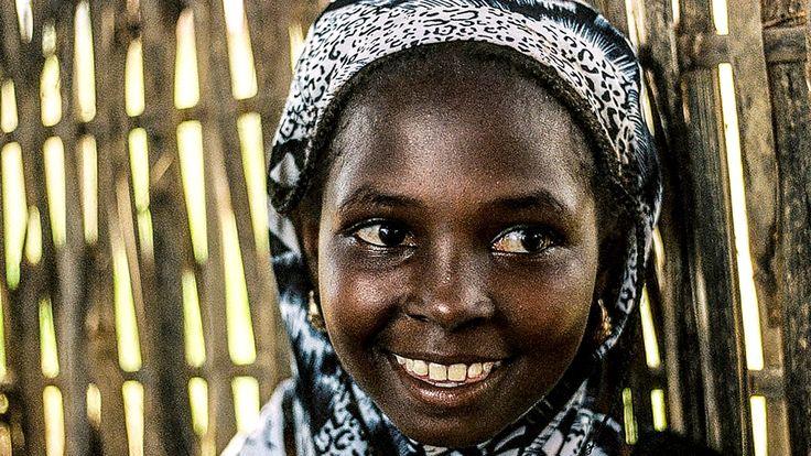 Cahier Africain, Ein Film von Heidi Specogna (2016) //  Im Mittelpunkt des Films steht ein gewöhnliches Schulheft. Anstelle von Vokabeln füllen seine karierten Seiten Zeugenaussagen von 300 zentralafrikanischen Frauen und Mädchen. Sie offenbaren, was ihnen im Oktober 2002 im Zuge kriegerischer Auseinandersetzungen von kongolesischen Söldnern angetan worden war. Das Heft ist ihr selbst gefertigtes Beweismittel um die an ihnen verübten Vergewaltigungen zur Anklage zu bringen.