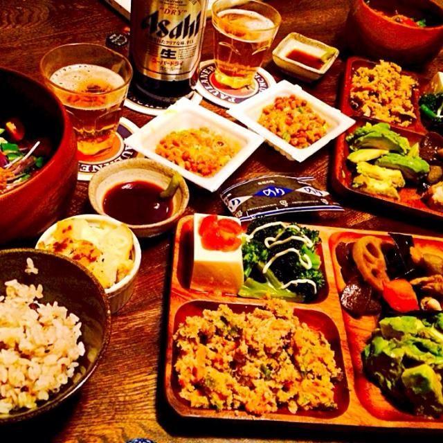 男爵のマヨチーズ焼きにハマってます。 - 19件のもぐもぐ - 生野菜サラダの自家製ピエトロドレッシングがけと自家製男爵のマヨチーズ焼きと納豆と豆腐のカプレーゼと蒸しブロッコリーと卯の花とお手製お煮染めとアボカドのお刺身と海苔と瓶ビール by toki69