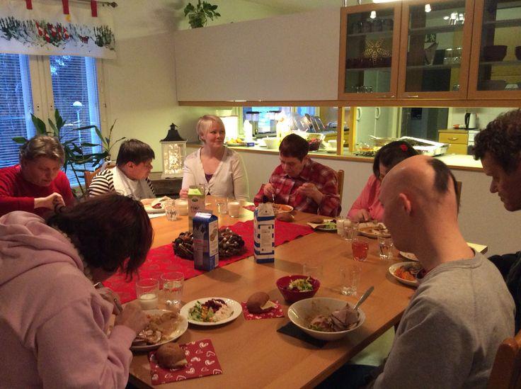 Jouluruokaa tarjoo kunnon väki....