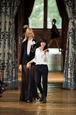 Debutta per Lanvin la giovane francese #BouchraJarrar . Per la collezione #PE17 la designer rivede il concetto di eleganza del brand, giocando sull'equilibrio di proporzioni tra lunghezze e asimmetrie, tra maschile e femminile in una carrellata di abiti che coprono e scoprono il corpo regalando una nuova visione della couture minimal chic. #Infokonk #fashionweek #moda #fashion