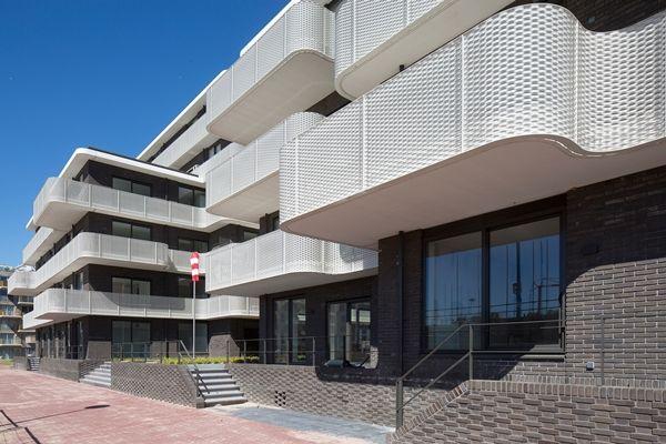 Het ontwerp van Inbo en Bureau Rowin Petersma bestaat uit twee compacte gebouwen met opvallende rondom lopende balkons.