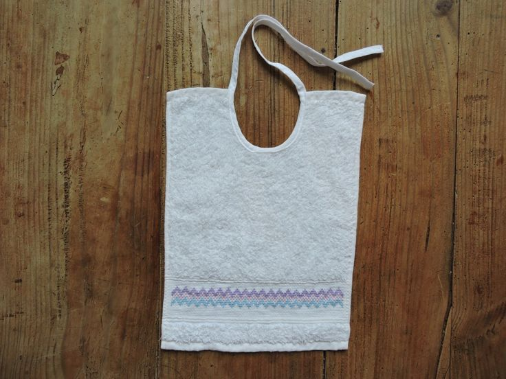 Cute embroidered baby bib: full article on the blog!