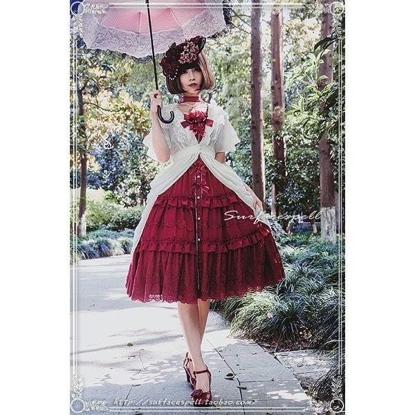 中国ロリータブランド・SurfacespellのThe last hyacinthジャンパースカートです。 「hyacinth(ヒヤシンス)」と題したシリーズは、毎年夏限定で発売される絶大な人気を博した定番シリーズです♪ 軽やかなシフォン地に、オーガンジーの薔薇の造花、リボンとレースをあしらったエレガントさと可愛さを両立させたデザインが人気の理由です。 暑い日は1枚で着ても、涼しい日はガウンやボレロを羽織っても、中にブラウスを着ても、様々なコーディネートをお楽しみいただけます!デザインがシンプルでどんなアイテムにも合わせやすいよ☆ 前開きなのでかわいいアンダースカートに合わせて着るのがスタッフのおすすめコーデです!