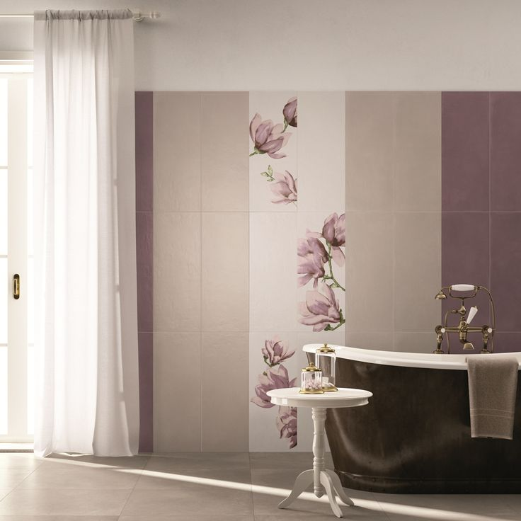 Dettagli raffinati per un #bagno #abkemozioni realizzato con la collezione SECRET. #wall colori Gesso, Natural, Malva #decoro Oriente. #floor DOCKS di ABK colore Warm. #tiles #ceramics #homedesign #bathroom #elegance