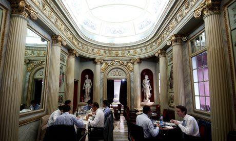 Caffè San Carlo a Torino. inaugurato nel 1822, è stato il primo caffè d'Italia ad adottare (1832) la luce a gas.Con i suoi preziosi marmi, statue e dorature è considerato il più prestigioso salotto di Torino