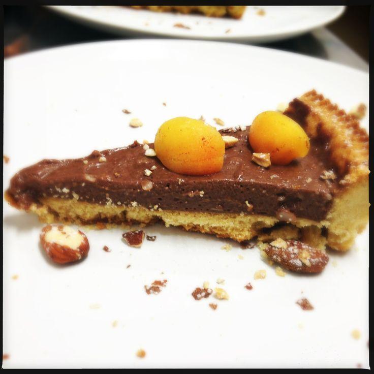Crostata al cioccolato con albicocche e mandorle.