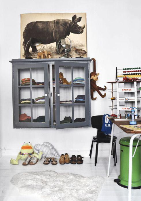 Perfekt løsning som tøjskab! må kopieres :) Vintage boys room. I love the sophisticated color scheme.