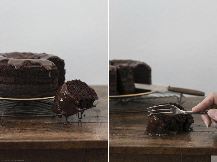Heute ist ein Tag wie jeder andere. Oder nicht. Oder doch. Heute ist Geburts-Tag. Mein Geburtstag. Darum gibt es Kuchen. Für mich. Für euch. Für alle. Und in diesem Kuchen steckt viel leckeres. Doch nichts tierisches. Tierisch, oder? Er ist vegan. Und er ist lecker. Lecker schokoladig und saftig. Wer sich wundert, dass die Hände auf den Fotos aussehen wie die Hände einer Frau, dem sei gesa ...