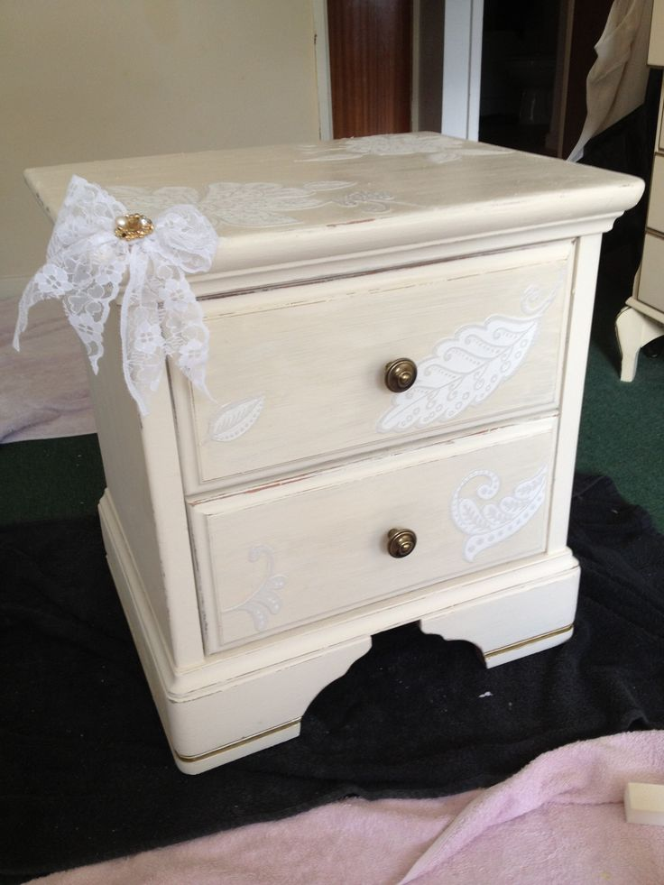 Shabby chic side table with lace bow and details from wall paper