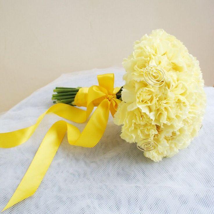 Круглый желтый букет невесты из гвоздик, скрепленный желтой атласной лентой - фото 2404438 _Светлана_
