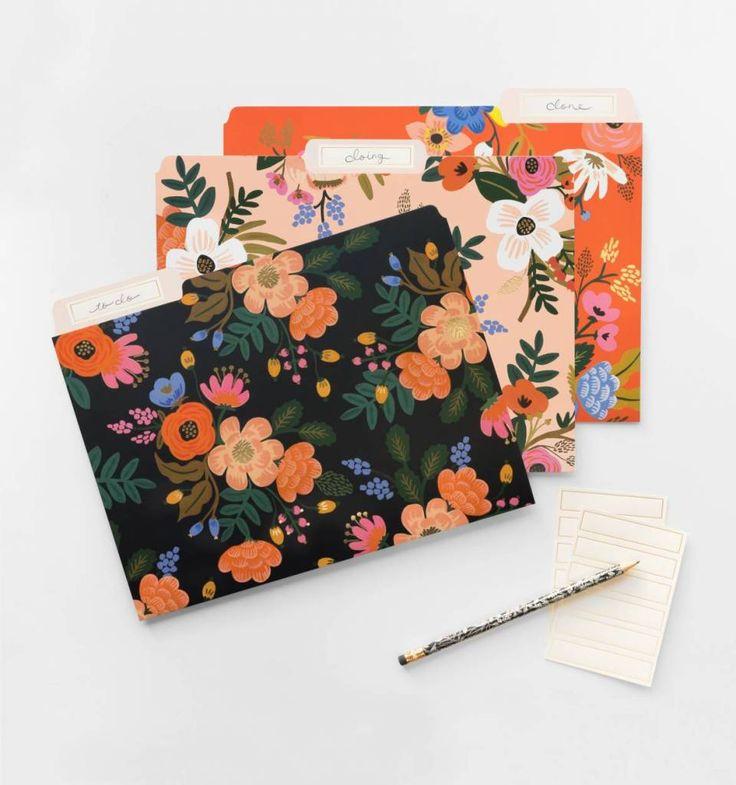 et van 6 stevige opbergmappen met bloemenprints en gouden details. Je ontvangt 2 mappen van elk van de 3 kleuren: roze, oranje en zwart. Mooi en praktisch!