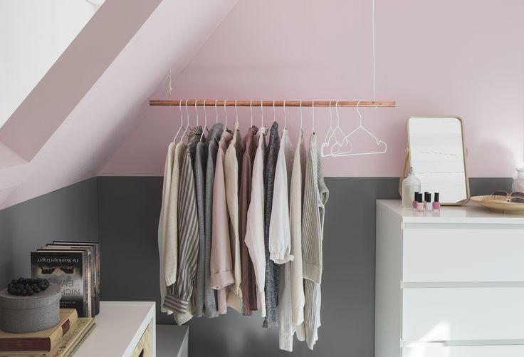 Gebruik een koperen buis en hang hem op als kledingrek; of maak het lichtpunt elders mbv een koperen buis om draad te leiden