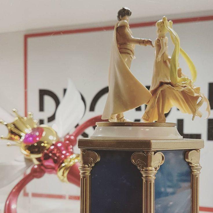 """..da aggiungere alla wishlist  a Lucca per la prima volta ho visto questo splendido carillon Proplica di cui.avevo visto solo foto.online e mi piace moltissimo  ...e sullo sfondo l'altro bellissimo scettro che mi piace molto ma al momento non posso prendere perché troppo ingombrante e mi """"accontento"""" della versione mini  ' ' ' ' ' ' - #proplica #princess #usagi #jupiter #disney ' '#buongiornocosi #buongiorno #luccacomics  #cosplaying #kawaii  #sailormooncrystal  #sailormoon #creations…"""