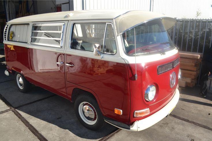 Was für ein niedlicher 1971 Volkswagen Kombi Van! Schaut euch das besondere Sonnendach an <3 We ship your dream - since 1972