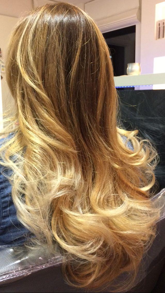 Ombre lang haar krullen balayage  beach waves sombre hair coloring honey caramel