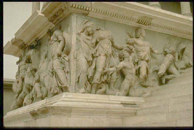 84. Altar de Zeus (Pérgamo) 2.
