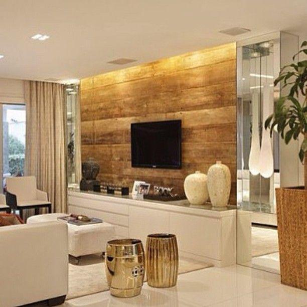 No blog: Estantes de TV com painel de madeira | www.assimeugosto.com | na foto, projeto Kwartet Arquitetura #assimeugosto