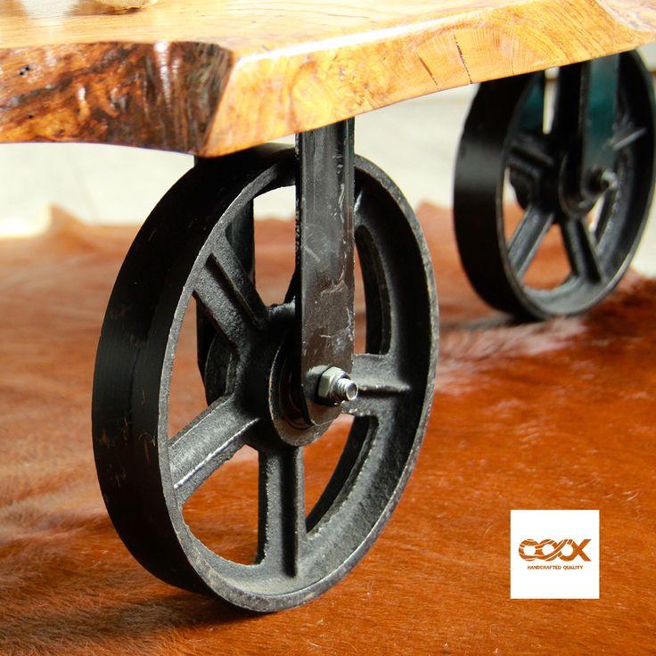 Eiken boomstam salontafel met smeedijzeren wielen  Al zoekend in het departement Aveyron (Frankrijk) naar bijzondere stukken hout, zagen we helemaal achterin een schuur dit stuk hout staan. Vergeten door de lokale boer, helemaal onder het stof en ruw als schuurpapier zagen wij van OOOX er een fantastisch blad in. Tja, we worden wel eens vaker vreemd aangekeken…