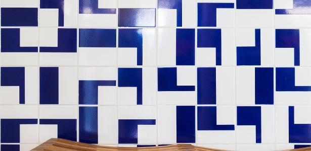 Azulejos estampados dão vida a ambientes; inspire-se nesses 18 projetos
