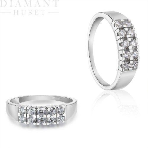 Diamantring i hvitt gull, 1,00CT TWSI  Spektakulær diamantring!  Elegant og lekker diamantring i 14KT (585) hvitt gull med diamanter på til sammen 1,00CT TWSI. Denne diamantringen er bare vakker og har diamanter i rekker og rader. Hele to rekker med store diamanter på 0,10ct som skinner om kapp. Med denne på hånden vil du garantert få oppmerksomhet!
