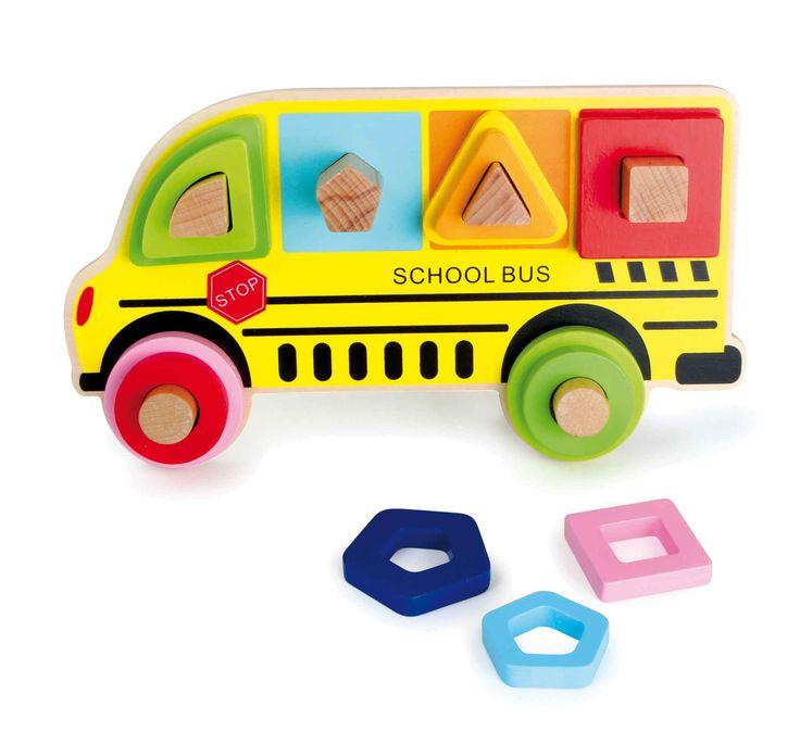De gele schoolbussen kent men van de VS Amerikaanse speelfilms. Dit exemplaar van hout kan nog veel meer als alleen kinderen naar school brengen. Met dit veelvoudige set puzzel kunnen kleine buschauffeurs verschillend kleurige, geometrische vormen op maat juist leggen. Zo wordt het gevoel voor kleuren, vormen en maten spelenderwijs ontwikkeld.