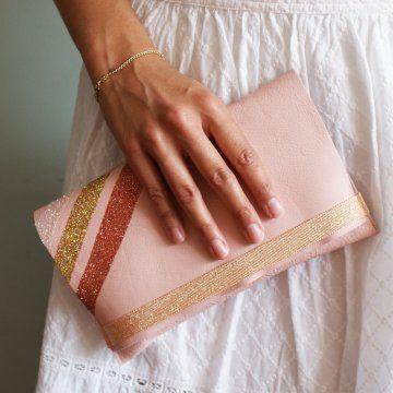 une pochette en cuir rose décorée de pailletes