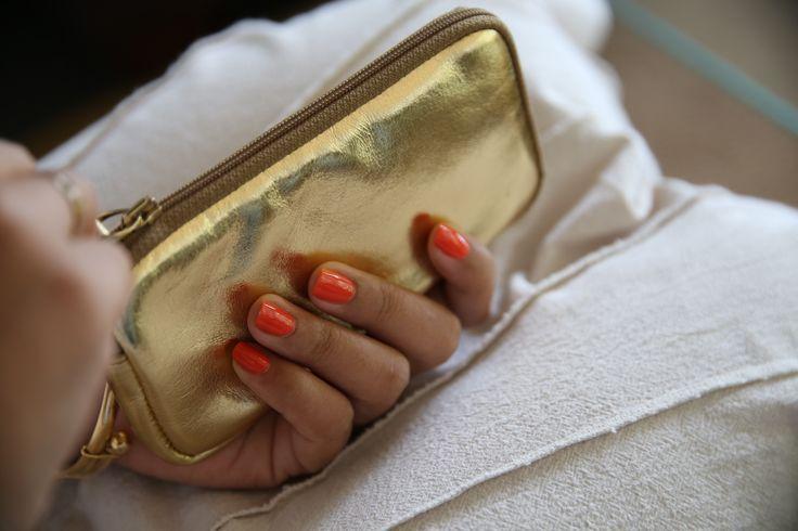 Nous avons revisité notre étui zippé pour iPhone en rajoutant une poche pour carte à l'intérieur de la housse souple. L'étui convient à plusieurs modèles: iPhone 7, 7 Plus, 6/6s, 6/6s Plus. Découvrez notre collection, toujours disponible dans une grande palette de cuirs et de couleurs: