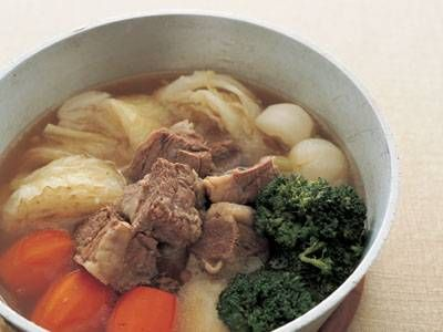 田中 健一郎さんの牛バラ肉を使った「ポトフ」のレシピページです。弱火でじっくりコトコト煮込むのがポイント。塊肉と大きめ野菜のうまみをたっぷりスープに移します。 材料: 牛バラ肉、キャベツ、じゃがいも、かぶ、にんじん、ブロッコリ、ブーケガルニ、固形スープの素、フレンチマスタード、塩、こしょう