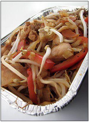 Voor 3 personen: 150 g sojascheuten (taugé) 1 wortel (klein gesneden) 1 rode paprika in reepjes 1 ajuin (klein gesneden) 1 preiwit in halve ringen 200 g witte kool 5 eetlepels sojasaus (donkere) lichte sojasaus 1/2 koffielepel hot chilisaus 500 g kipfilet of kippenstoofvlees in kleinere stukjes arachideolie geroosterde sesamolie Verhit een scheutje arachideolie en …